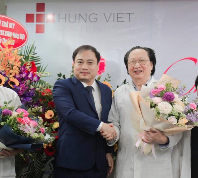 Bác sĩ Vũ Hoàng Nguyên- Chủ tịch HĐQT tri ân đến TS.BS Ngô Xuân Sinh- cố vấn chuyên môn của bệnh viện