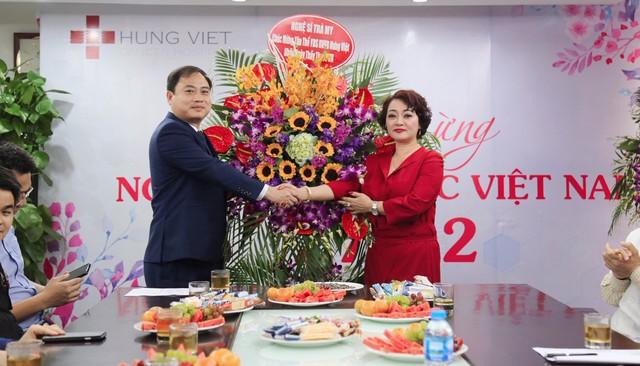 Nghệ sĩ Đinh Trà My trong vai trò Trưởng phòng Đối ngoại của bệnh viện, đã tặng hoa và chúc mừng đến lãnh đạo bệnh viện và các bác sĩ, CBNV