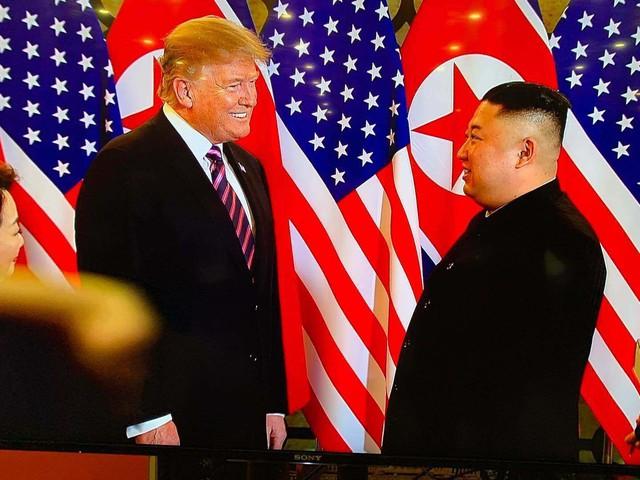 Nhà lãnh đạo Kim Jong-un và Tổng thống Donald Trump trong cuộc gặp thượng đỉnh lần thứ hai tại Hà Nội. Ảnh: CNN