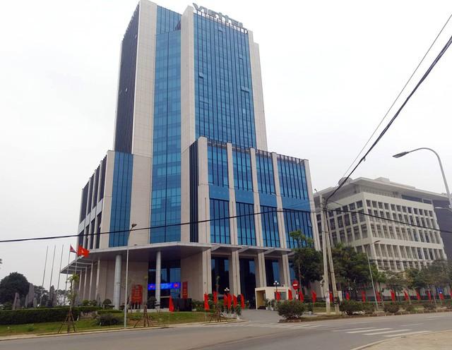 Khu vực trước cửa trụ sở tòa nhà.