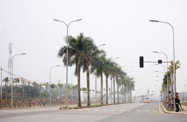 Đường vào khu công nghệ cao Hòa Lạc được đảm bảo an ninh. Trước đó, vào sáng ngày 28/2, lực lượng chức năng đã tiến hành rà phá bom mìn.