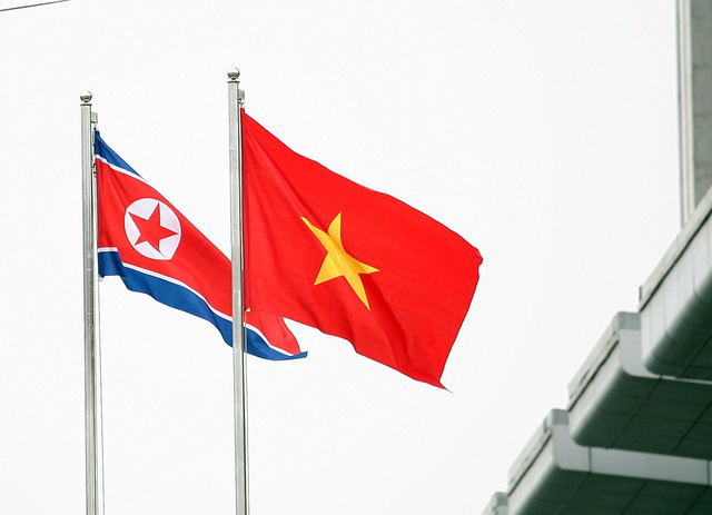 Trước tòa nhà, 2 lá cờ của Việt Nam và nước CHDCND Triều Tiên được kéo lên.
