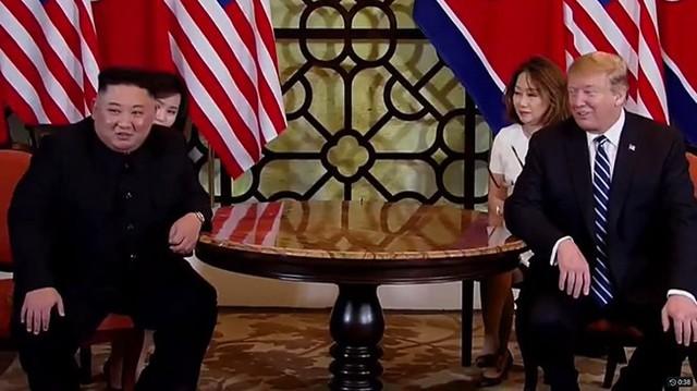Cùng ngồi trả lời báo giới trước khi bước vào cuộc hội đàm chính thức sáng ngày 28/2, Tổng thống Mỹ Donald Trump và Chủ tịch Triều Tiên Kim Jong-un đều khá thận trọng trước một kết quả lạc quan.