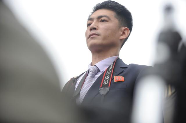 Các phóng viên đều đeo huy hiệu khi tác nghiệp- điều dễ dàng nhận diện họ là phóng viên của Triều Tiên bởi có hình ảnh của hai nhà lãnh đạo Kim Nhật Thành và Kim Jong-il. Ảnh: Hoàng Chí Hùng