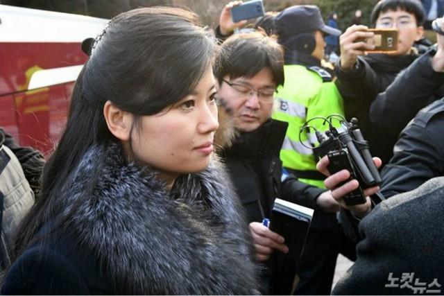 Hyon Song-wol sinh năm 1977, là ca sĩ chính nhóm nhạc Moranbong và đứng đầu dàn nhạc Samjiyon. Trước kia, bà từng là giọng ca chính của nhóm nhạc pop Pochonbo Electronic Ensemble. Hyon Song-wol có mối quan hệ thân thiết với Chủ tịch Kim Jong-un từ khi họ còn là những thanh niên trẻ tuổi. Hyon Song-wol là người thường có mặt trong các chuyến công du của Kim Jong-un. Lần gần nhất bà Hyon Song Wol xuất hiện cùng ông Kim Jong-un là tại Hội nghị thượng đỉnh Mỹ Triều lần thứ nhất tổ chức tại Singapore vào tháng 6/2018.