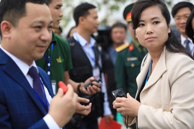 Bà Hyon Song-wol ăn mặc giản dị, áo khoác màu be kết hợp túi đeo vai màu đen. Tại đây, cô cùng các thành viên trong đoàn được nghe giới thiệu về cách thức trồng rau quả theo công nghệ mới, thăm vườn rau và nơi trưng bày các loại rau quả.