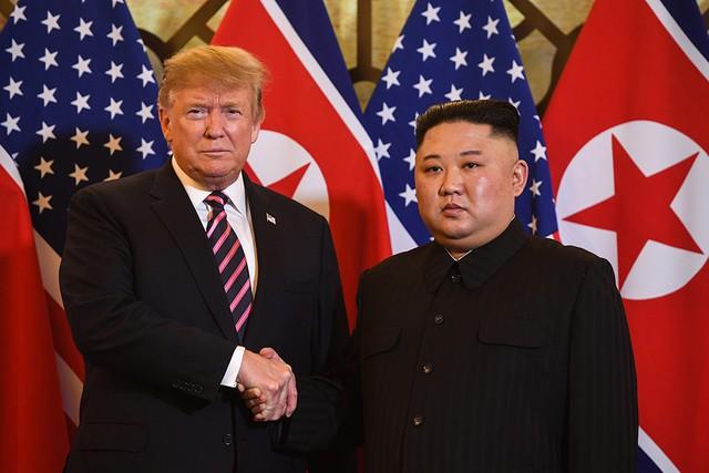 Hai nhà lãnh đạo bắt tay trước khi bước vào cuộc họp kín. Ảnh: TTXVN