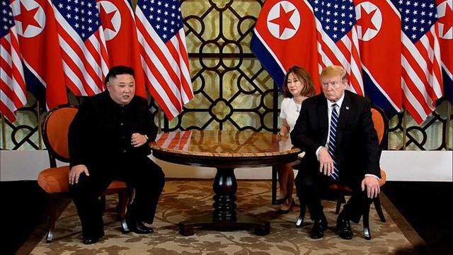 Sáng nay 28/2, Tổng thống Mỹ Donald Trump và Chủ tịch Triều Tiên Kim Jong-un đã gặp nhau tại Khách sạn Metropole Hà Nội, họ cùng ngồi để gặp gỡ báo chí trước khi bước vào cuộc đàm phán thượng đỉnh chính thức lần 2. Đây là sự kiện được cả thế giới mong đợi với hy vọng hội nghị sẽ mở ra một chương mới trong quan hệ giữa hai nước nói riêng và hòa bình-thịnh vượng trên Bán đảo Triều Tiên nói chung.