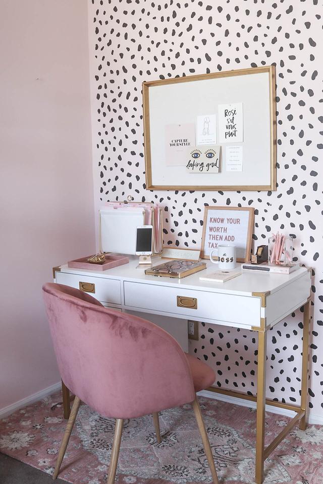 Các cô nàng nữ tính chắc chắn sẽ thích mê góc làm việc được trang trí bằng giấy dán tường hồng chấm đen này. Nhìn không gian nhẹ nhàng, xinh đẹp này chắc chắn bạn sẽ phải thay đổi suy nghĩ phòng làm việc thường cứng nhắc.