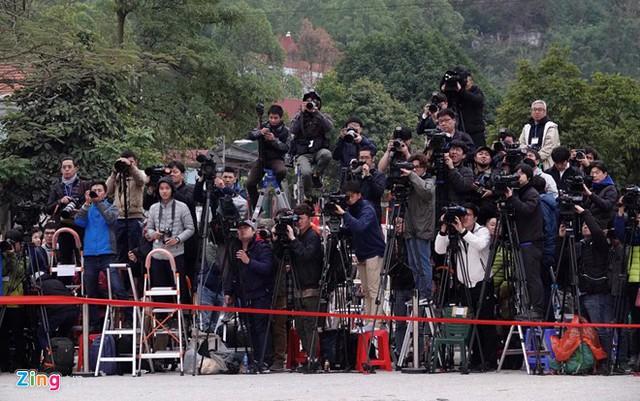 Phóng viên quốc tế đón lãnh đạo Triều Tiên Kim Jong Un tại ga Đồng Đăng. Ảnh: Thuận Thắng.