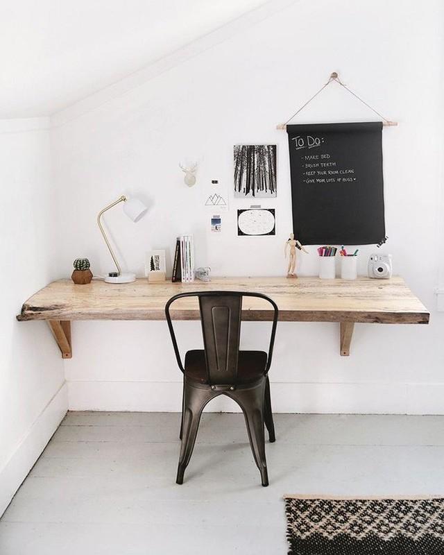 Chiếc bàn làm việc bằng gỗ mộc gắn tường thế này là một ý tưởng thông minh để tiết kiệm không gian.