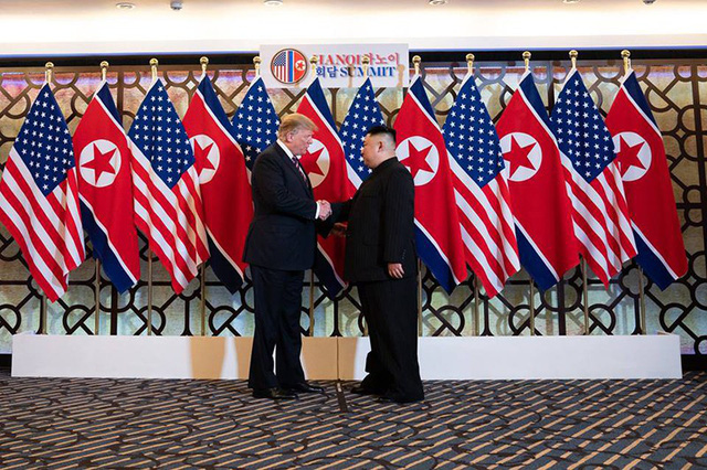 Tổng thống Mỹ Donald Trump và nhà lãnh đạo Triều Tiên Kim Jong Un bắt tay lần đầu tiên trong khuôn khổ thượng đỉnh Mỹ - Triều tại Việt Nam