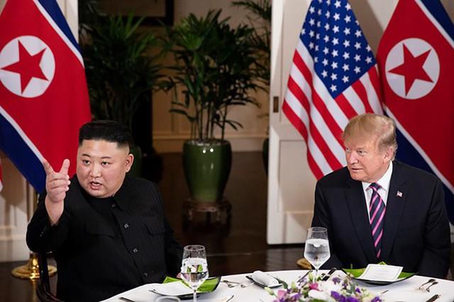 Tổng thống Mỹ Donald Trump và nhà lãnh đạo Triều Tiên Kim Jong Un cùng ăn tối trong không khí thoải mái, thân thiện tại khách sạn Metropole