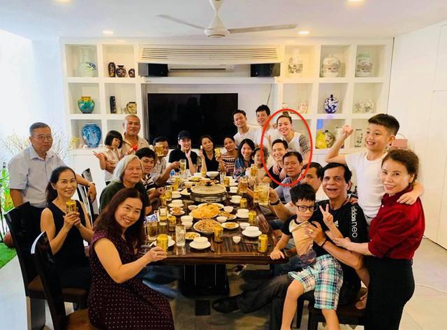 Hà Hồ - Kim Lý thân mật trong bữa tiệc tụ họp đông đủ thành viên nhà Hà Hồ.