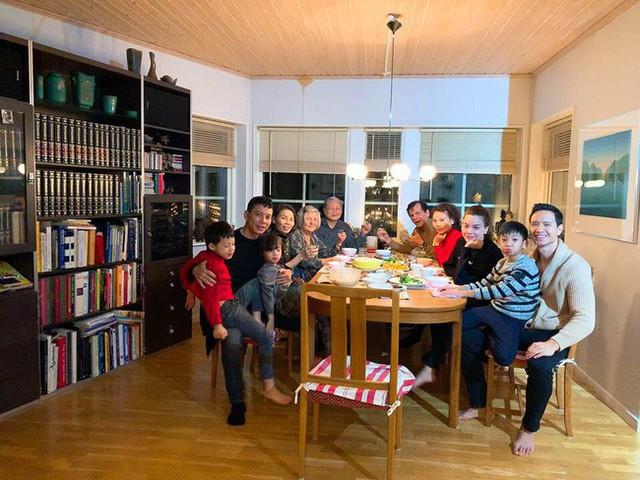 Bố mẹ Hà Hồ dùng bữa cơm thân mật tại nhà Kim Lý ở Thụy Điển.