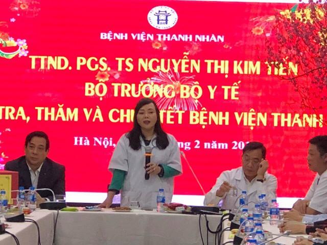 Bộ trưởng Bộ Y tế thăm công tác trực Tết, chúc Tết tại Bệnh viện Thanh Nhàn đêm 30 Tết Kỷ Hợi 2019. Ảnh: SKĐS