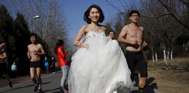 Giới trẻ tại nhiều nước có xu hướng kết hôn muộn hơn. Ảnh: Reuters.