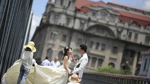 Nhiều người trẻ tại Trung Quốc không mặn mà với việc lập gia đình, sinh con. Ảnh: AP.