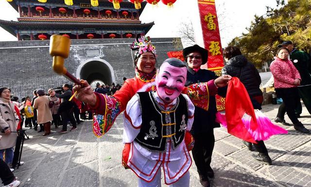 Nhiều lễ hội dân gian được tổ chức nhân dịp Tết Nguyên đán để đón chào thời khắc chuyển giao giữa năm cũ và năm mới.