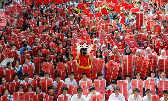 Trường phổ thông Tsun Jin High tại thủ đô Kuala Lumpur, Malaysia, tổ chức buổi viết thư pháp tiếng Trung chào mừng năm Kỷ Hợi với sự tham gia của học sinh và giáo viên.