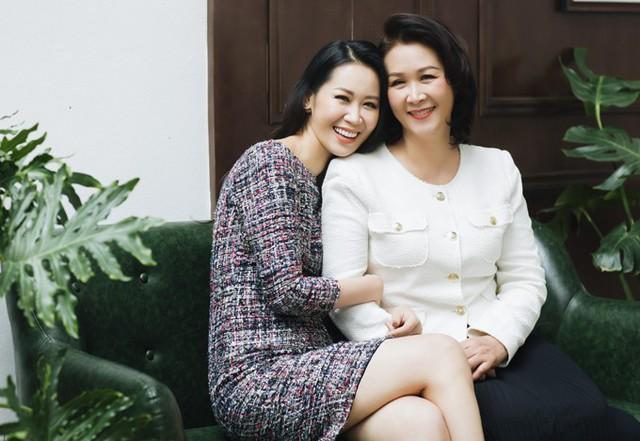 Hai mẹ con Dương Thuỳ Linh đều tuổi Hợi, mẹ cô tuổi Kỷ Hợi, còn cô tuổi Quý Hợi.