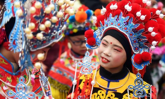 Các nghệ sĩ trong trang phục biểu diễn chờ lên sân khấu tại sự kiện mừng năm mới Kỷ Hợi tại thành phố Nam Kinh, tỉnh Giang Tô, Trung Quốc.