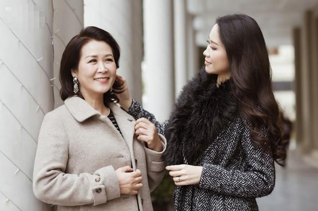 Mẹ tôi là một người phụ nữ cầu toàn, đặc biệt là về trí thức. Bà rất khắt khe với tôi về chuyện học hành từ khi tôi còn nhỏ. Do lớn lên ở môi trường phương Tây, tính cách của tôi khá phóng khoáng nên đôi lúc nảy sinh mâu thuẫn với mẹ. Vậy nhưng càng lớn tôi càng thấy những gì mẹ đã dạy đều rất tốt cho tôi trong cuộc sống sau này. Ở tuổi 35 tôi nhận ra mình bắt đầu có những suy nghĩ giống hệt mẹ, Dương Thuỳ Linh cho biết.