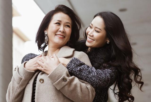 Hoa hậu cười vui kể rằng, cô vẫn thường ví mình với mẹ như cặp 'mặt trăng mặt trời', đôi khi khó hòa hợp vì quá giống nhau.