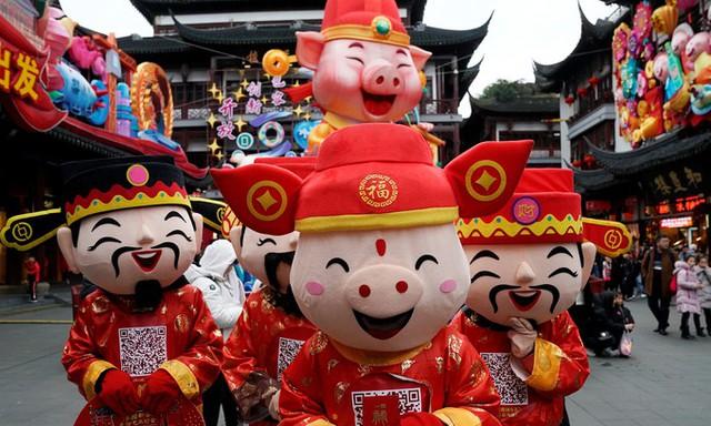 Hoạt náo viên mặc đồ hóa trang tại Dự Viên, thành phố Thượng Hải, Trung Quốc.