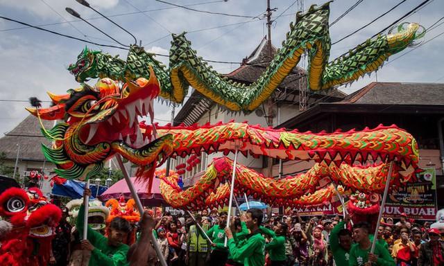 Múa lân, rồng tại thành phố Surakarta, tỉnh Trung Java, Indonesia, trong lễ hội  trước thềm Tết Nguyên đán.