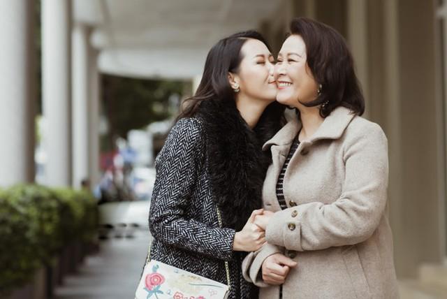 Phó Giáo sư - Tiến sĩ Nguyễn Thị Thuận có thói quen giữ lại những cuốn album ảnh cũ của các con, coi chúng như kỷ vật nâng niu để tặng lại cho các con. Với mỗi người mẹ, từng cột mốc, dấu ấn trong cuộc đời con cái đều là một kỷ niệm vô giá.