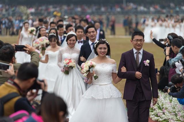 Nam giới Trung Quốc được cho là chịu nhiều áp lực hơn do tình trạng thừa nam thiếu nữ ở độ tuổi kết hôn. Ảnh: Getty.