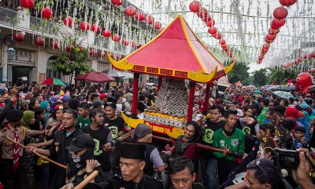 Người dân khiêng kiệu bánh truyền thống trong lễ hội tại thành phố Surakarta, tỉnh Trung Java, Indonesia.