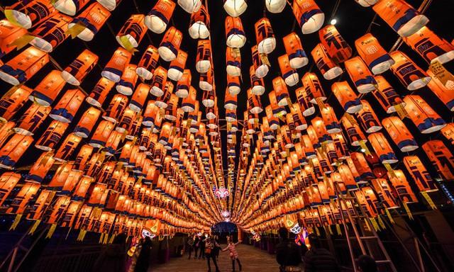 Khách thăm quan trong đường hầm đèn lồng tại thành phố Tây An, tỉnh Thiểm Tây, Trung Quốc.