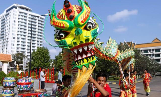 Múa rồng tại thủ đô Phnom Penh, Campuchia.