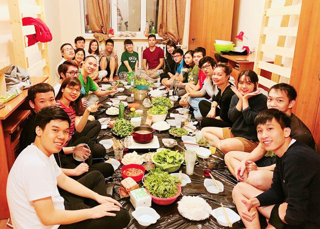 Du học sinh Việt Nam tại ĐH Trắc địa bản đồ Moscow, Nga, đón năm mới. Ảnh: NVCC.