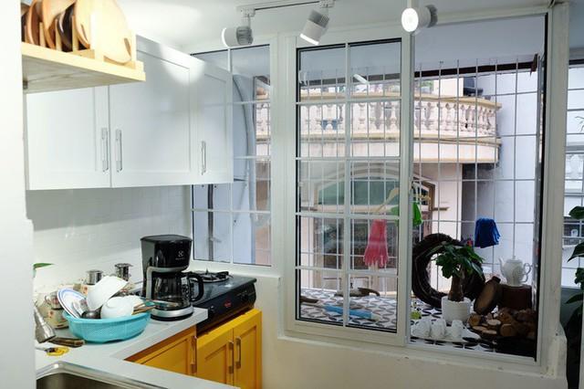 Không gian phòng bếp như rộng ra nhiều nhờ sơn tường màu trắng.