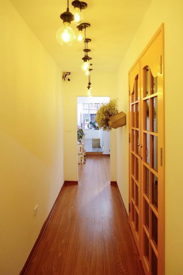 Từng chiếc bóng đèn được lựa chọn rất kỹ, để ánh sáng phù hợp với việc chụp ảnh, mang lại không khí ấm cúng cho căn nhà.