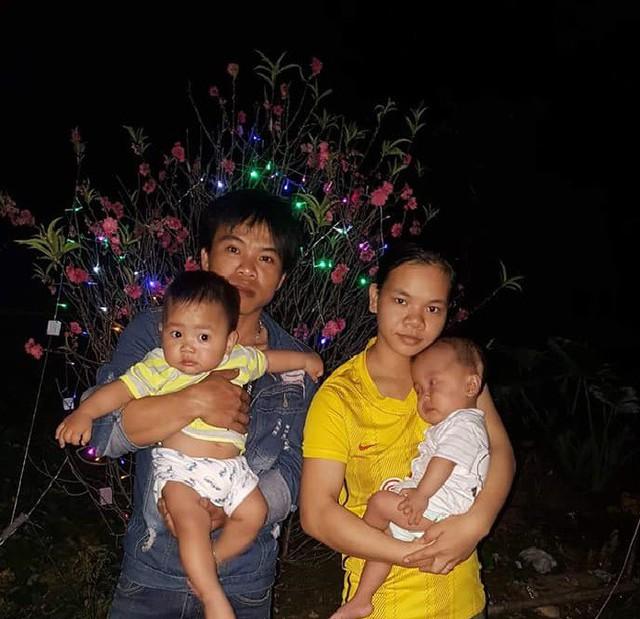 Bé song sinh Việt Anh - Tuấn Anh trong vòng tay bố mẹ.