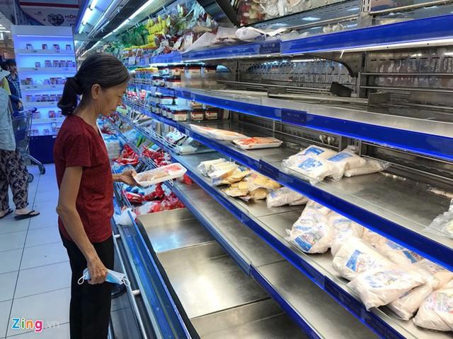 Thịt gà, vịt nguyên con đã qua sơ chế cháy hàng từ sớm tại các siêu thị. Ảnh: Phúc Minh.