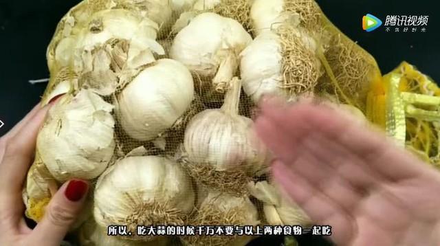 Những hình ảnh trong video về việc không được ăn chung tỏi với nấm và xoài