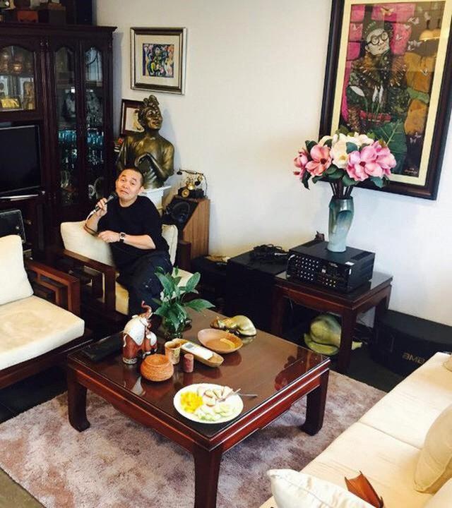 Không gian phòng khách được bày trí ấm cúng, trang trọng với điểm nhấn là một bức tranh vẽ chân dung của danh hài Xuân Hinh được treo giữa phòng.
