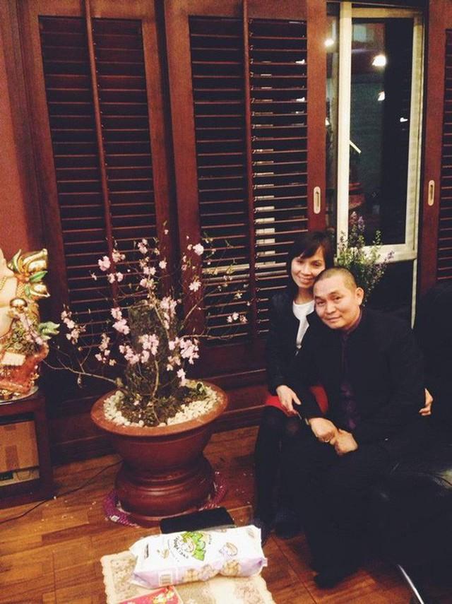 Vợ chồng Xuân Hinh chụp ảnh nhân địp đầu năm tại tổ ấm của gia đình.