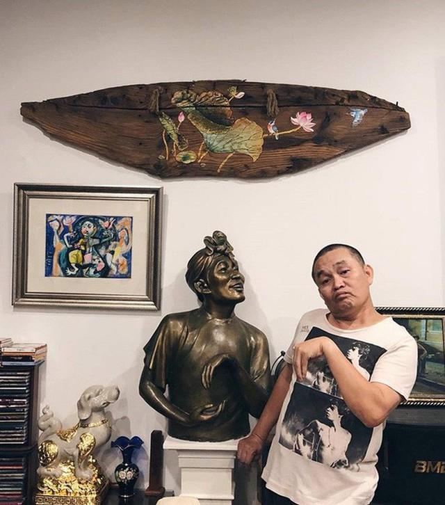 Ngoài ra, phòng khách còn được bày trí rất nhiều món đồ nghệ thuật đặc biệt ấn tượng.