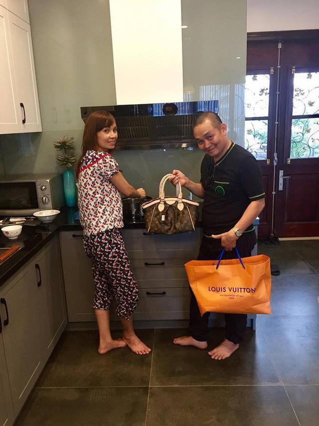 Xuân Hinh gây bất ngờ cho vợ khi tặng túi hàng hiệu đắt đỏ trong lúc chị đang nấu cơm.