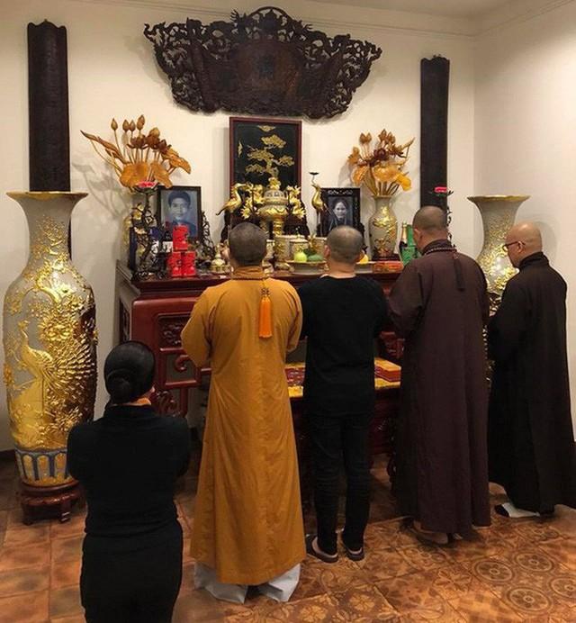 Gian thờ được gia đình Xuân Hinh chăm chút kỹ lưỡng từng chi tiết nhỏ.