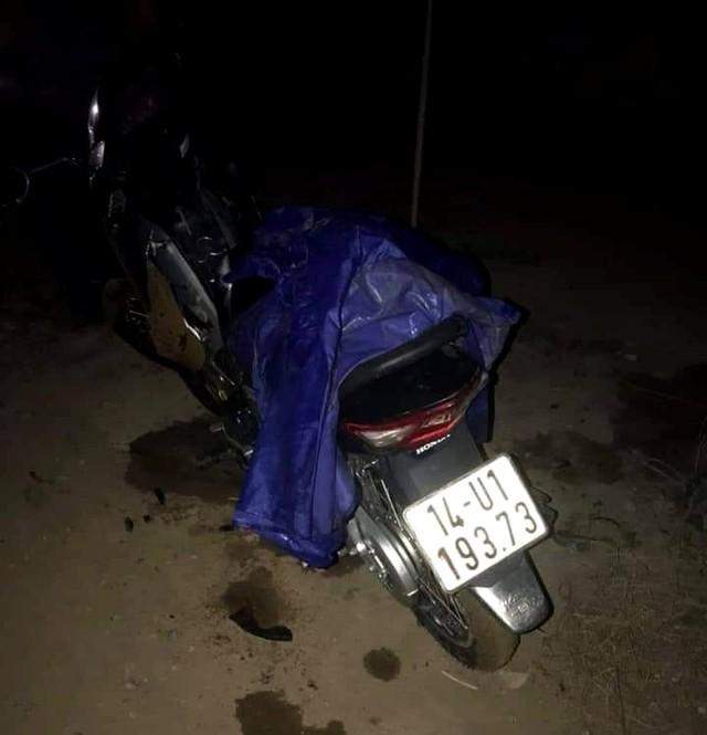 Chiếc xe máy của nạn nhân để trên bờ