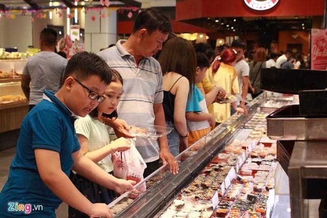 Khu vực ăn uống bên trong các trung tâm thương mại luôn đông nghẹt khách từ ngày 8/2 (tức mùng 4 Tết). Ảnh: Phúc Minh.