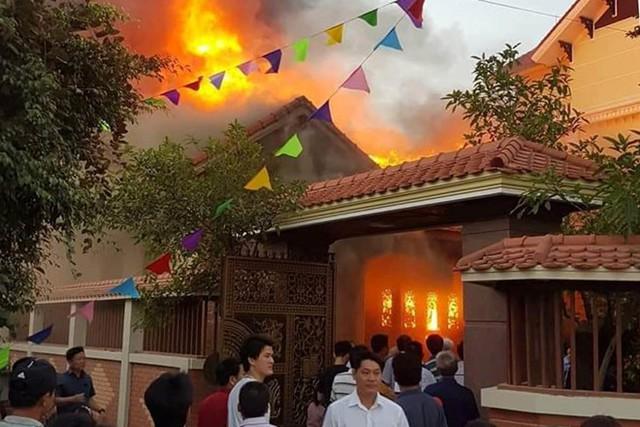 Ngọn lửa nhanh chóng lan ra toàn bộ ngôi nhà gỗ. Ảnh: Cắt từ clip.
