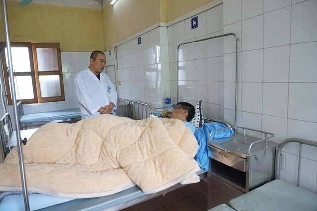 Bác sĩ Hưng chăm sóc bệnh nhân đang điều trị tại Bệnh viện 09.